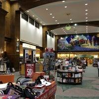 Foto tomada en Barnes & Noble por Paola . el 12/31/2012