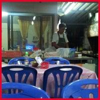 Photo taken at ร้านข้าวลุงโจ๊ก by Mister N. on 10/18/2012