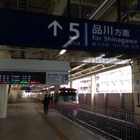 Photo taken at 京急蒲田駅 5番線ホーム by スーパー宇宙パワー on 4/19/2015