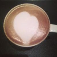 Photo taken at 曼咖啡 Famonn Coffee by Yu-Xuan Y. on 10/11/2013