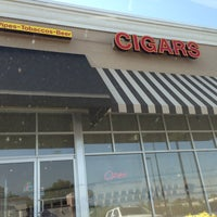 Photo prise au Smoky's Tobacco and Cigars par Tim Hobart M. le5/16/2013