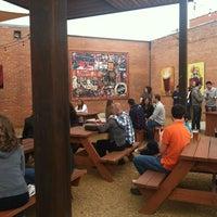 12/8/2012 tarihinde Martha M.ziyaretçi tarafından Deep Ellum Brewing Company'de çekilen fotoğraf