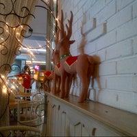 Foto tirada no(a) Nanny's Pavillon - Living Room por Sabri B. em 12/20/2012