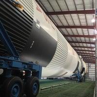 3/3/2013 tarihinde Jake K.ziyaretçi tarafından Rocket Park (NASA Saturn V Rocket)'de çekilen fotoğraf