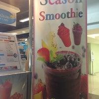 Photo taken at season smoothie by Daow Ja D. on 3/17/2014