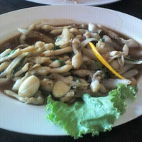 Photo taken at ริมเขื่อน (Rim Khuean Restaurant) by kovin v. on 12/10/2012