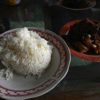 Photo taken at Rumah Makan ELLA - Spesial Bebek Goreng Pedas by Edhie L. on 11/17/2014