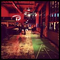 5/11/2013 tarihinde Aaron W.ziyaretçi tarafından Punch Bowl Social'de çekilen fotoğraf