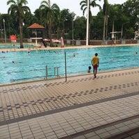 Foto tirada no(a) Clementi Swimming Complex por Lala I. em 6/21/2015