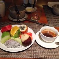 Photo taken at Azure at Mandarin Oriental, Jakarta by Phạm Tuấn A. on 12/17/2014