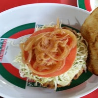 Das Foto wurde bei Ruben's Hamburgers von Liliana O. am 7/1/2013 aufgenommen