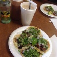 Das Foto wurde bei Tacos La Banqueta von Roxann S. am 3/4/2015 aufgenommen