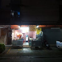 Photo taken at ข้าวขาหมูศิริชัย สุทธิสารวินิจฉัย by Donuzz on 8/8/2014