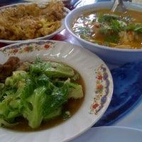 Photo taken at ร้านอาหารตามสั่ง ปากซอยปุณณวิถี12 by Piyarat D. on 10/5/2012