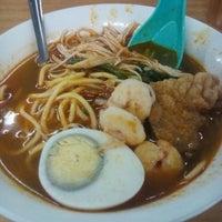 Photo taken at 美心咖啡店 Kedai Makanan Maxim Kopitiam by Saranya P. on 10/25/2015
