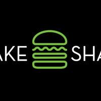 Снимок сделан в Shake Shack пользователем Caramels' D. 3/25/2018