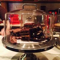 Foto tomada en The Chocolate Room por Leslie C. el 1/24/2016