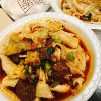Foto tomada en Xi'an Famous Foods por Leslie C. el 8/17/2017