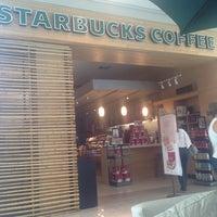 Foto tirada no(a) Starbucks por Patrícia P. em 12/24/2012