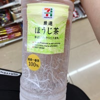 Photo taken at 7-Eleven by 温泉 や. on 8/13/2017