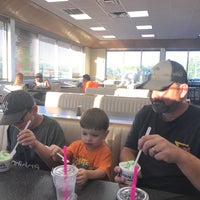 Foto diambil di Braum's Ice Cream & Dairy Stores oleh Steven G. pada 7/2/2017