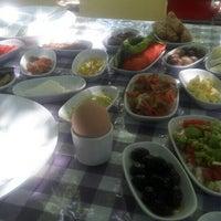 Foto scattata a Sultan Ana Koy Kahvaltisi da Rahmi Ö. il 6/21/2016