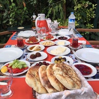 Das Foto wurde bei Köyüm Bahçe Restaurant von Ebru Betül am 7/12/2015 aufgenommen