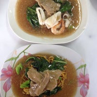 Photo taken at ราดหน้าไอ้หนูยอดผัก by Thinnapat S. on 5/25/2015