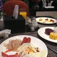 Photo taken at Ole London Hotel Macau 澳莱英京酒店 by Thongkumdee S. on 12/15/2012