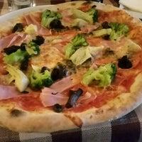 Foto scattata a Capri Pizzeria da Bogyli B. il 4/16/2017