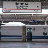 Photo taken at JR新大阪駅 21-22番線ホーム by Toshi Y. on 4/23/2013