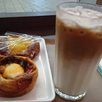 Photo taken at カフェベーカリー マコーレ (MACORE) by Toshi Y. on 7/4/2017