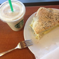 Foto tirada no(a) Starbucks por Carolina R. em 3/8/2016