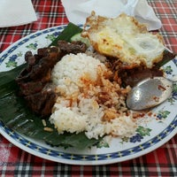 Photo taken at Nasi Lemak Maria by Azalea Tsu on 11/9/2015