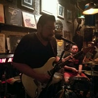 Foto tomada en Adhere the 13th Blues Bar  por James D. el 12/19/2016