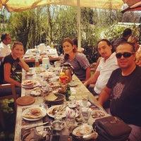 Das Foto wurde bei Köyüm Bahçe Restaurant von Emrah B. am 9/29/2013 aufgenommen