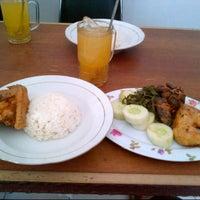 Photo taken at Ayam goreng & sop buntut Pak To by fajri a. on 10/23/2012