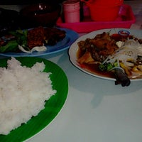 Photo taken at Warung Lamongan Seafood by Puyi P. on 4/19/2014