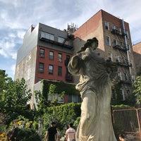 Foto scattata a Elizabeth Street Garden da M-c L. il 9/16/2018