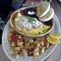 Foto scattata a Another Broken Egg Cafe da Tonesha S. il 4/5/2013