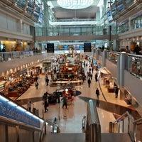10/26/2013 tarihinde Radu C.ziyaretçi tarafından Dubai Uluslararası Havalimanı (DXB)'de çekilen fotoğraf