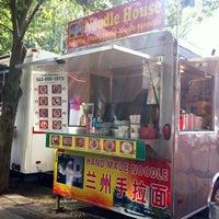 Foto tomada en Noodle House Food Cart por Charlotte K. el 10/28/2012