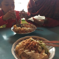 Photo taken at Kupat Tahu Dompleng Blabak by Fauzi A. on 10/23/2016