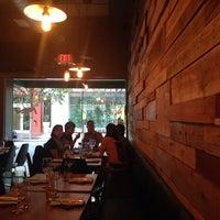 Foto tomada en NIU Kitchen por Aly P. el 5/28/2014