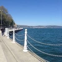 Foto tirada no(a) Yeniköy Sahili por Özge İ. em 4/23/2013