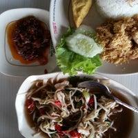 Photo taken at Pecel Lele Lela Pekanbaru by Anton R. on 1/27/2014