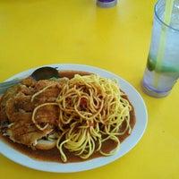 Photo taken at Kedai Makan Nasi Ayam Buyong by Masheri A. on 10/30/2016