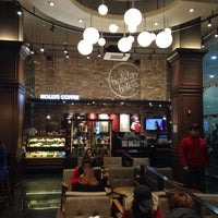 Photo taken at HOLLYS COFFEE by 정진 한. on 11/7/2013