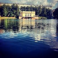 Foto tirada no(a) Patriarshiye Ponds por Aleksandr L. em 6/23/2013