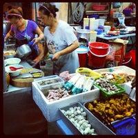 Photo taken at Raja Uda Famous Kwang Hwa Tom Yam Noodle by Benedict K. on 6/4/2013